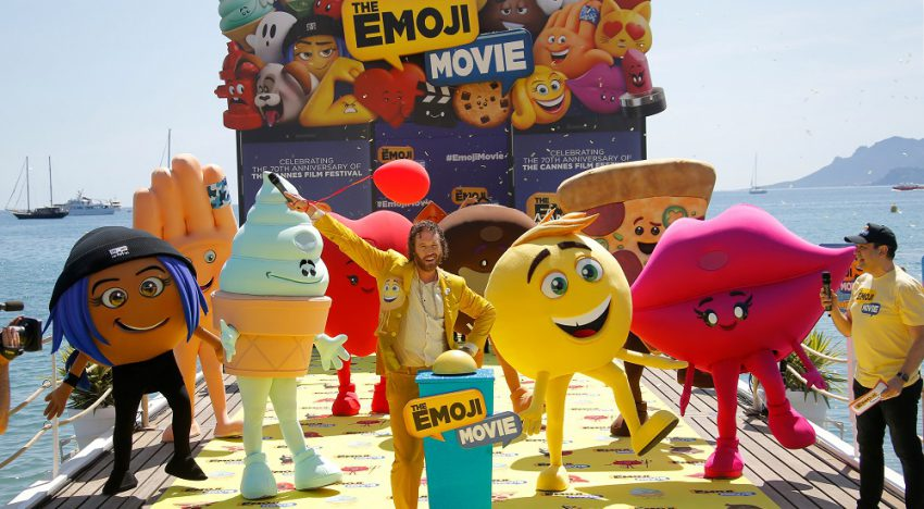 T.J. Miller se tira en paracaídas para promocionar The Emoji Movie